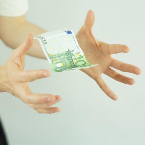 Persoon laat geld uit handen vallen. Voorkom boetes en ga op tijd met EBS aan de slag.